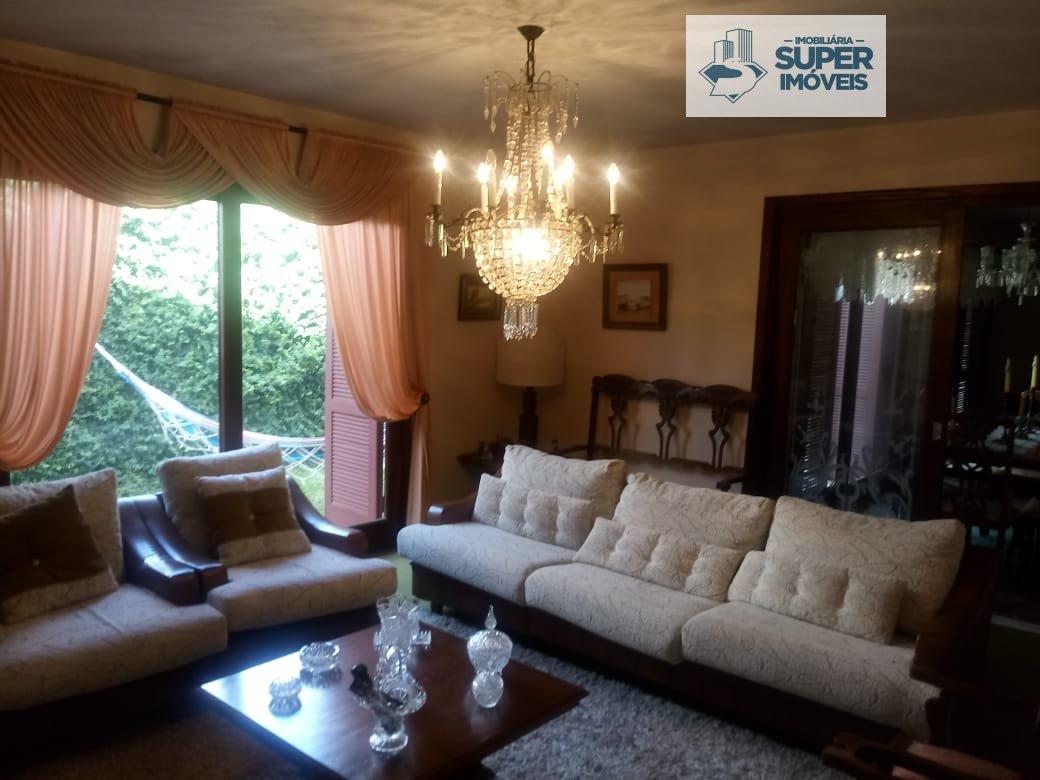 Casa a Venda no bairro Areal em Pelotas - RS. 1 banheiro, 4 dormitórios, 2 suítes, 5 vagas na garagem, 1 cozinha,  closet,  área de serviço,  copa,  l