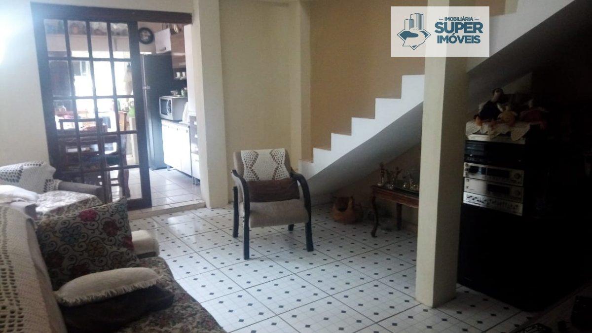Casa a Venda no bairro Centro em Pelotas - RS. 1 banheiro, 3 dormitórios, 1 vaga na garagem, 1 cozinha,  área de serviço,  sala de estar,  sala de jan