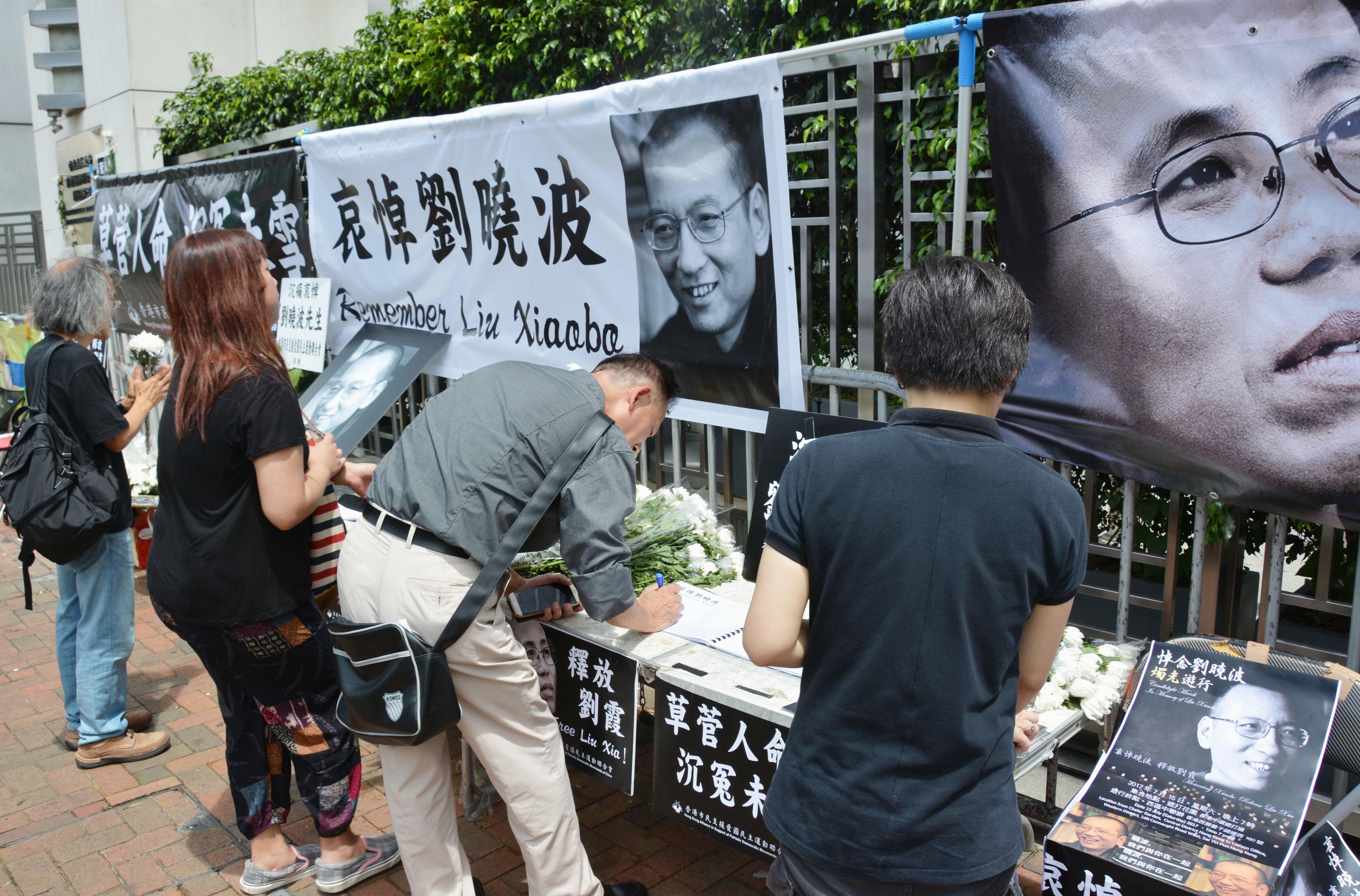 H.K. people mourn dissident Liu