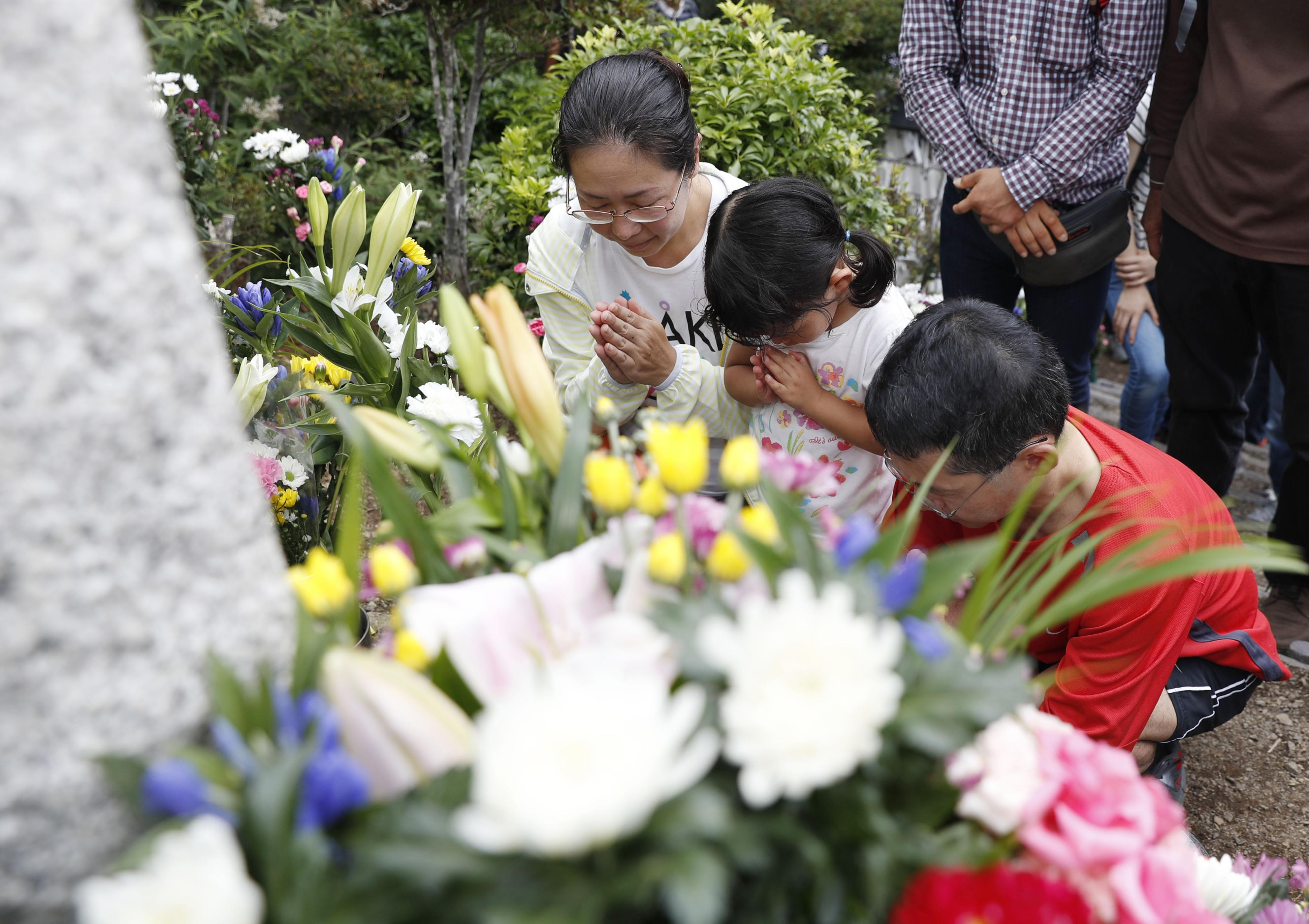 Relatives commemorate victims on JAL jumbo crash anniversary