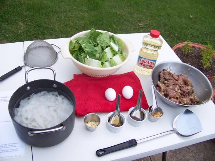 dc5ddbfde73f76b464ff8b99d00872e7 Recipe Thai Stir-Fried Wide Rice Noodles, 'Pad Si-iew' :: ImportFood