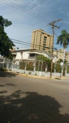 Casa Amplia de dos plantas  (antigua) lista para remodelar