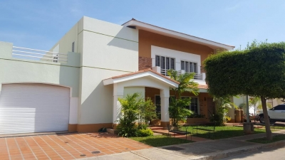 Casa en Villa Pozo Viejo en Av. Universidad