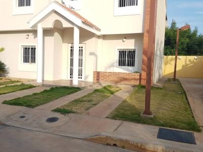 En Alquiler TownHouse En Villa Prestige Sector Lago Mar Beach