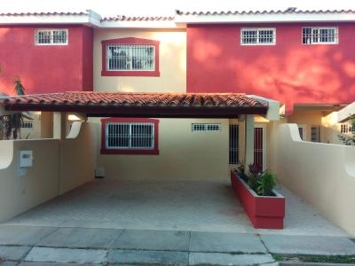 Bella Casa de Niveles en La Urb. Villas El Morro Norte, Colinas de La Rosaleda.