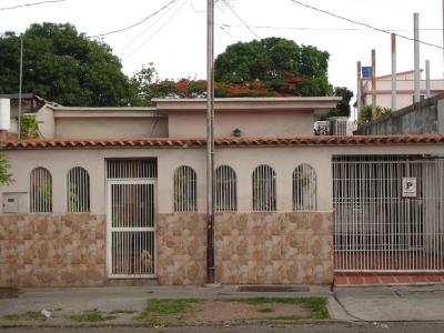 SE VENDE UNA CASA EN LA  AV VENEZUELA CON AV MORAN CERCA C. C. SAMBIL