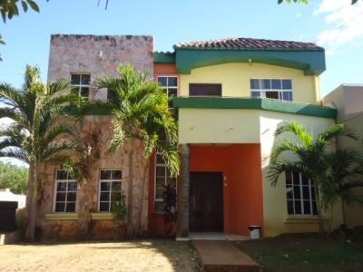 Se vende linda casa de dos pisos, delicadamente construida