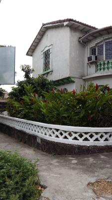En alquiler casa de esquina con amplios espacios en Colonia Flor Blanca
