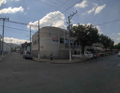 Edificio de 2 niveles, frente a la Constancia, San Salvador.