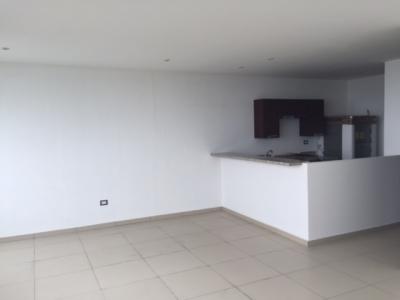 ALQUILO APARTAMENTO TORRE JADE, a estrenar, con línea blanca, tiene 115 mts2, tiene 2 parqueos, 2 habitaciones con baño y cortinas black-out, sala comedor y cocina abiert
