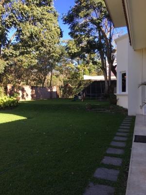 VENDO CASA PORTAL ANDALUCIA, PRIVADO, la casa tiene 1,835.73 v2 de terreno y de construcción 1,130 mts2. primera planta: Estudio, 2 salas, Baño de visitas, Cava de vinos,