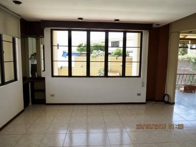 ALQUILO APARTAMENTO LOMAS DE ALTAMIRA, PRIVADO ADENTRO DE LA PLUMA, Tiene 175 mts2, 3 habitaciones, dos baños, sala, comedor, cocina, terraza que da a piscina y area de s