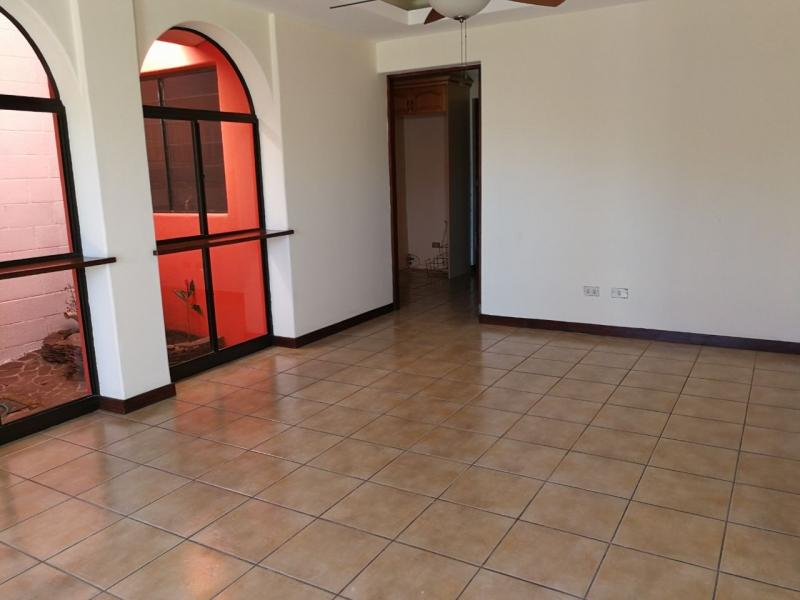 ALQUILO CASA COLONIA ESCALON, PARTE ALTA, PRIVADO, cochera cerrada 3 carros, sala, comedor, cocina con pantries, terraza, jardin, area de servicio completa, sala familiar