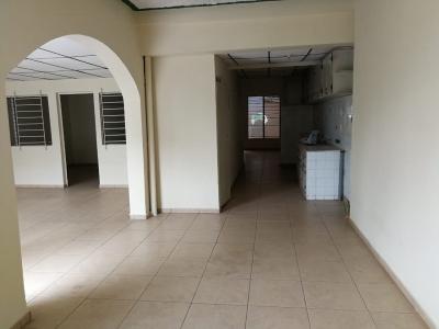 VENDO CASA REPARTO LOS HEROES ZONA ESTADIO CUSCATLAN, PRIVADO, 1 PLANTA, tiene terreno 330V2, cohera 2 carros, espacios amplios, 5 HABITACIONES, 2 salas, comedor, cocina,
