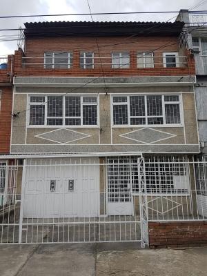 Casa grande de tres pisos en el barrio la Estrada-Bogotá