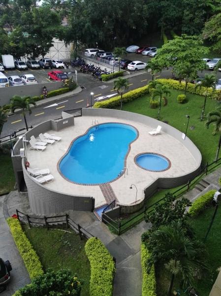 Vendo apartamento, excelente vista, parqueadero privado, piscina, turco, excelente estado