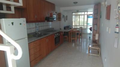SE ALQUILA TOWN HOUSE EN URB. LA CALETA, LECHERIA