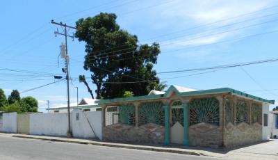 Casa de Platabanda con piso y rodapié de granito 5 hab., 4 baños, 2 porches, sala, comedor, cocina empotrada con mesón de granito, lavadero y patio perimetral.