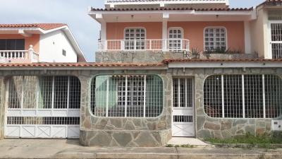 Amplia Casa En La Urbanización Cerrada En El Municipio De Naguanagua