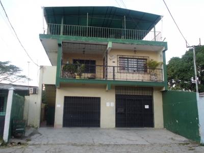 casa amplia con local comercial y residencias