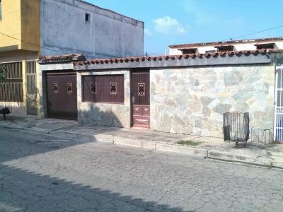 Amplia Casa en Urbanización Privada