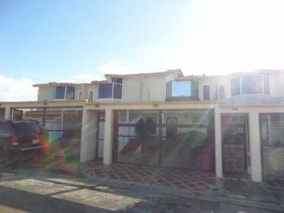 VENDO ESPECTACULAR TOWN HOUSE EN LA URBANIZACIÓN YARA YARA