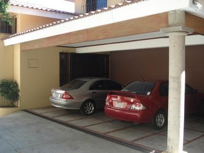 En venta casa con preciosa vista de 4 niveles en Calle Teotl Cumbres de Cuscatlan