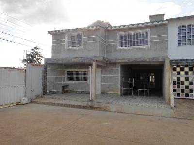 Vendo a Estrenar Espectacular Town House en Urbanización Siboney