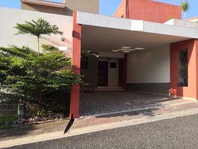 GANGA!!! SE VENDE CASA RESIDENCIAL MIRAMAR DE 2 PLANTAS, PRIVADO, REMODELADA, COCHERA TECHADA 2 CARROS, tiene 310 v2 de terreno y 180 mts2 de construccion, tiene remodela