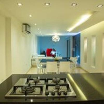 Venta de bella casa minimalista y local comercial