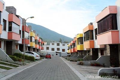 Conjunto Villanueva, sector Pusuqui,casa de 3 pisos, con terraza $120.000 Ventas: 2353232,0997592747,0958838194