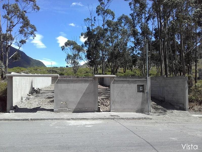 Terreno La Marca, sector Mitad del Mundo, zona residencial, piscina, guardianía. 490m2 con cerramiento $48.000 Inf: 2353232,0997592747, 0958739053