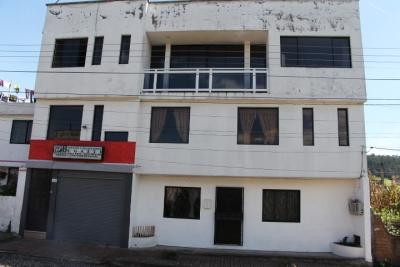 AMPLIA CASA DE 3 DPTOS MAS TERRAZA,JARDIN,GARAJE