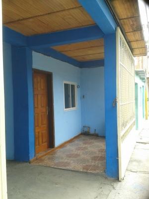 Oportunidad de Inversion! Casa de estructura de concreto, paredes en bloques de cemento y acabados en friso liso. Terreno Propio.!!