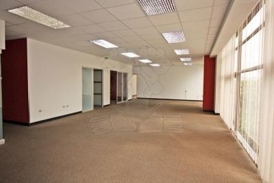 1240-Espacio de oficina en alquiler en complejo de tres edificios de oficina