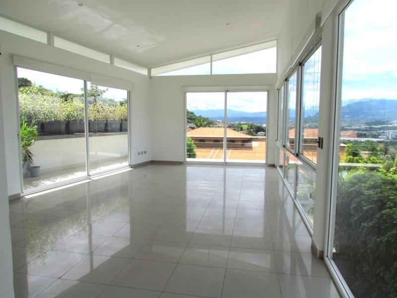 Casa Contemporánea Con Vistas en Alquiler en Escazú. #2628