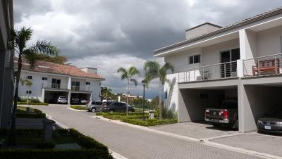 Se Vende Casa Estilo Duplex en Condominio de Lujo