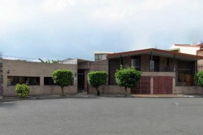 Venta en Escazu, Casa de 4H, 3.5B con Apartamento de 1H, 1B y Oficina. ID8767