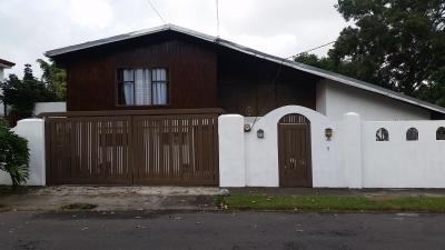 Casa independiente, con acceso controlado.