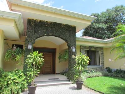 Venta Casa Estilo Colonial en Cerro Real, Escazu ID9680
