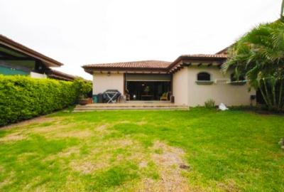 ID#1001-9 $550,000 Casa de Una Planta en Condominio Oro Sol Río Oro, Santa Ana 250 m2 const. 497 m2 lote – 3 dormitorios