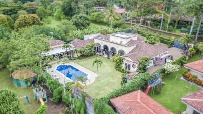 En venta en Santa Ana, magnífica mansión con gran patio y piscina en comunidad cerrada. 8892
