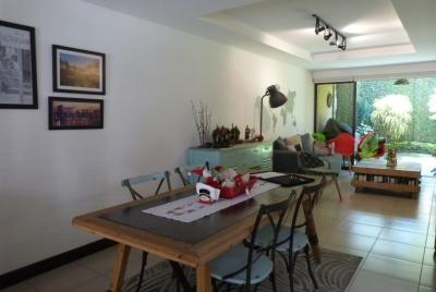 Venta moderna casa en condominio exclusivo en Santa Ana