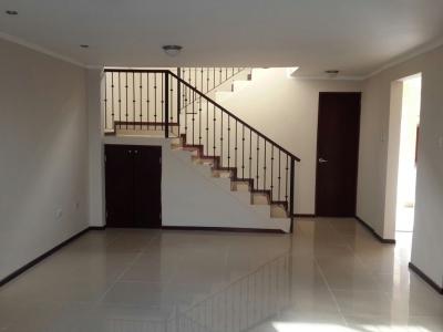 Vende casa de dos plantas con patio en condominio en Sta Ana