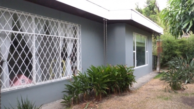 Vende casa independiente con piscina en Santa Ana