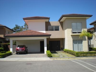 Elegante Casa de 4 HA con Oficina en Alquiler en Santa Ana 10028