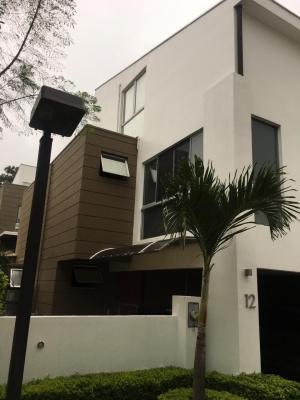 Casa en condominio moderno en Santa Ana