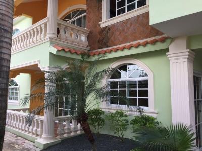 Dos Casas Ubicadas una sobre la otra c/diferente distribución 6hab 4baños 4parqueos, area de Piscina gacebo