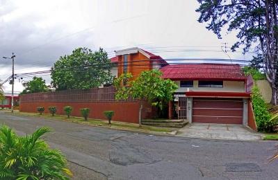 Casa de 528 m2 con 4 Habitaciones y Apartamento; Pinares, Curridabat