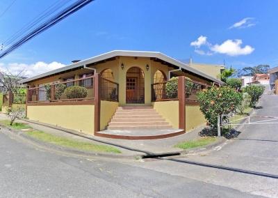 Casa Esquinera en Una Planta con Apartamento, Freses, Curridabat